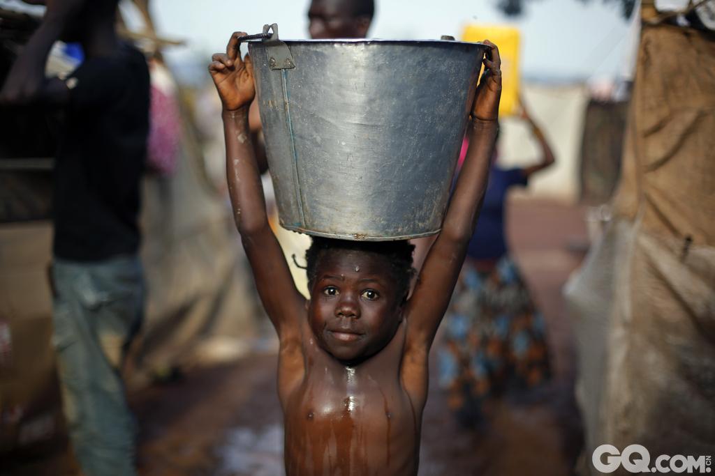 作为世界上最穷的国家中的一员这意味着这个国家政府的管理能力是相当弱的。这个国家的福利完全依赖于外国的支援以及其他的非利益性组织的帮助。这些友善的救援者的支援是这个国家收入的主要来源。大概40%的进口收入来源于该国钻石的输出,但是还是有很多人要忍受营养不良和饥荒的折磨。