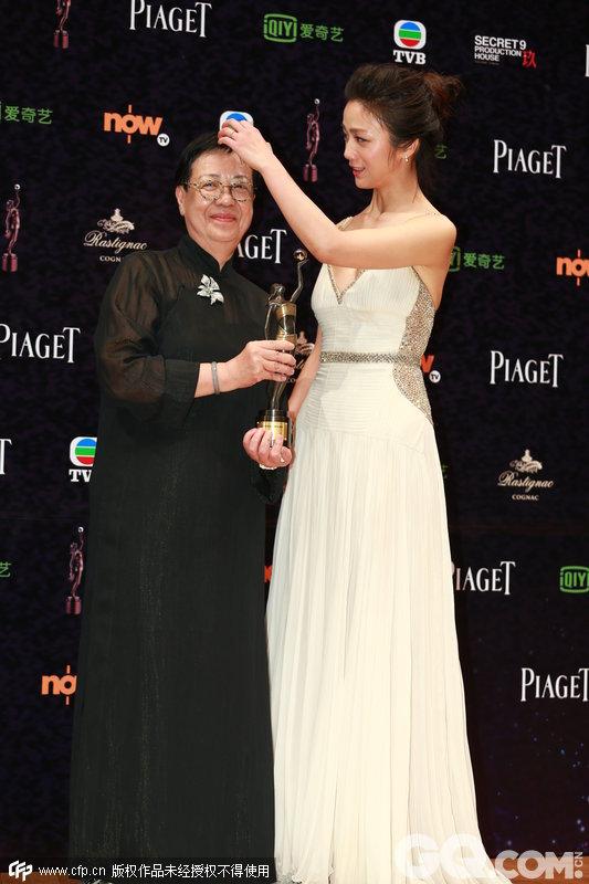 许鞍华凭借《黄金时代》摘得最佳导演,在本届金像奖上,《黄金时代》最终成为大赢家,10项提名,《黄金时代》拿下5项,除了最佳美术指导、服装造型设计、摄影3个技术奖,最佳导演、最佳影片两个份量最重的艺术奖项都彰显了这部艺术的价值。