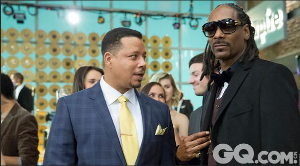 嘻哈说唱歌手Snoop Dogg(右)在剧中客串