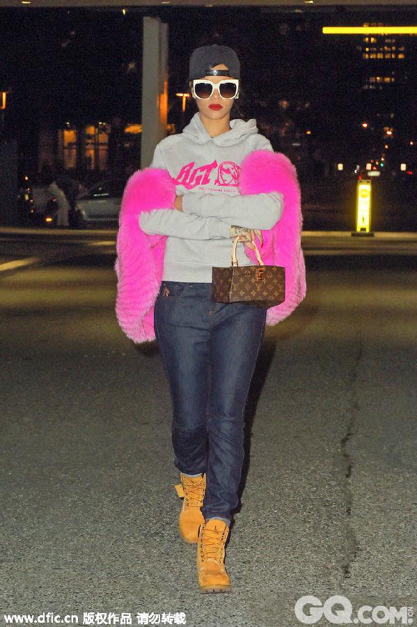 上世纪90年代,代表叛逆的嘻哈街头风格随着Hip-Hop音乐的风靡而在全世界流行开来。而各种黑人歌手领导下的各种时尚风潮也蔓延到现在。不管是《嘻哈帝国》中Cookie演绎的Ghetto Fabulous风,还是热衷嘻哈装扮的Rihanna或是Beyoncé的各种超豪华性感造型,黑人流行文化对全球风尚的影响显而易见。   街头嘻哈女王Rihanna