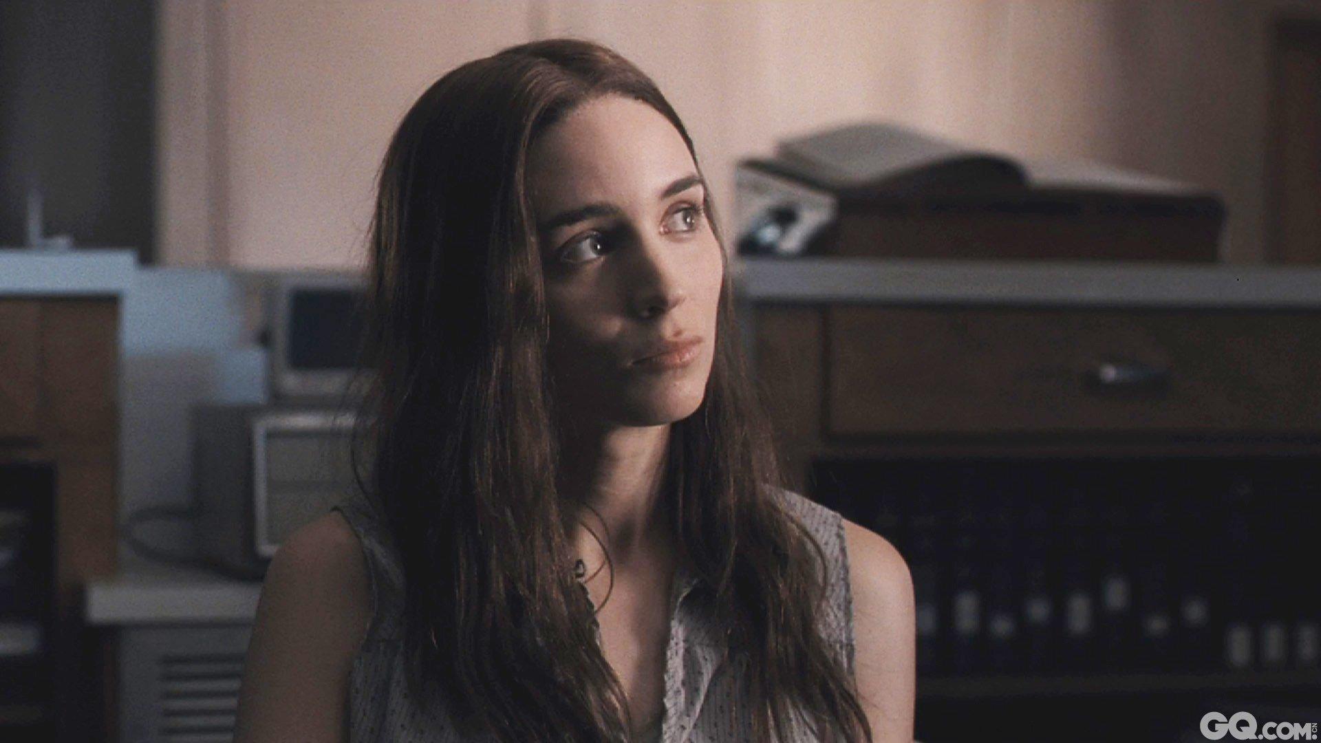 """在""""龙纹身的女孩""""带来巨大声誉之后,羞涩的鲁妮却选择藏在众多角色的后面,这些角色每个都非常特别。在斯蒂文·索德伯格的心理惊悚片《副作用》中,她饰演一个假装抑郁、外表柔弱的阴谋家人妇;然后,她走入新晋导演大卫·洛维的犯罪爱情片《他们非圣人》中,饰演70年代德州小镇上一个苦等丈夫出狱的妻子。后者在2013年圣丹斯电影节大放异彩,并入选戛纳电影节影评人周单元。"""