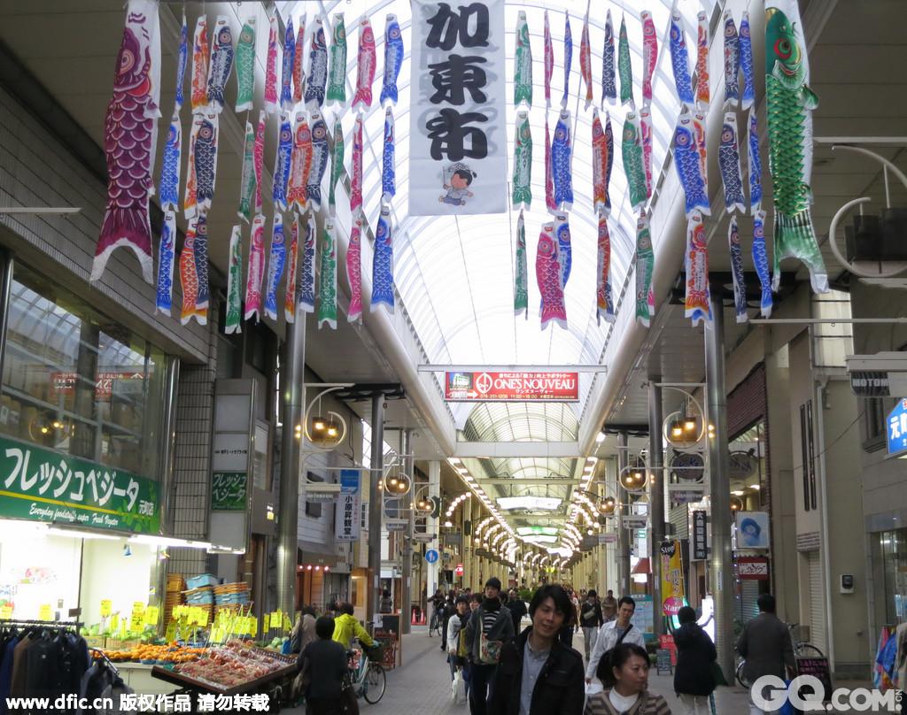 作为港口城市,神户自然成了各种流行元素交汇的枢纽。这里有许多潮流和特色的小店,很多都是由曾经担当过日本潮流杂志的模特所开,其中位于神户旧居留地地区的Chesty深受日本女生的欢迎,据说,著名的模特梨花、Lena都是该店的老客呢。