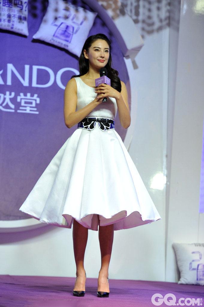 """2014年11月14日张雨绮继""""嫖娼门""""后首次公开亮相自然堂品牌代言活动。张雨绮一身纯白色连身裙,面带甜美微笑。"""