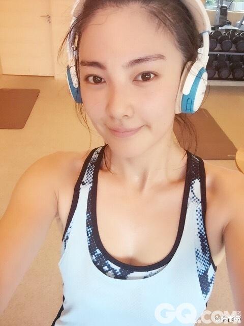 女神虽马不停蹄地工作,也不忘锻炼身体保持身材,时不时在微博上po一些在健身房的照片。
