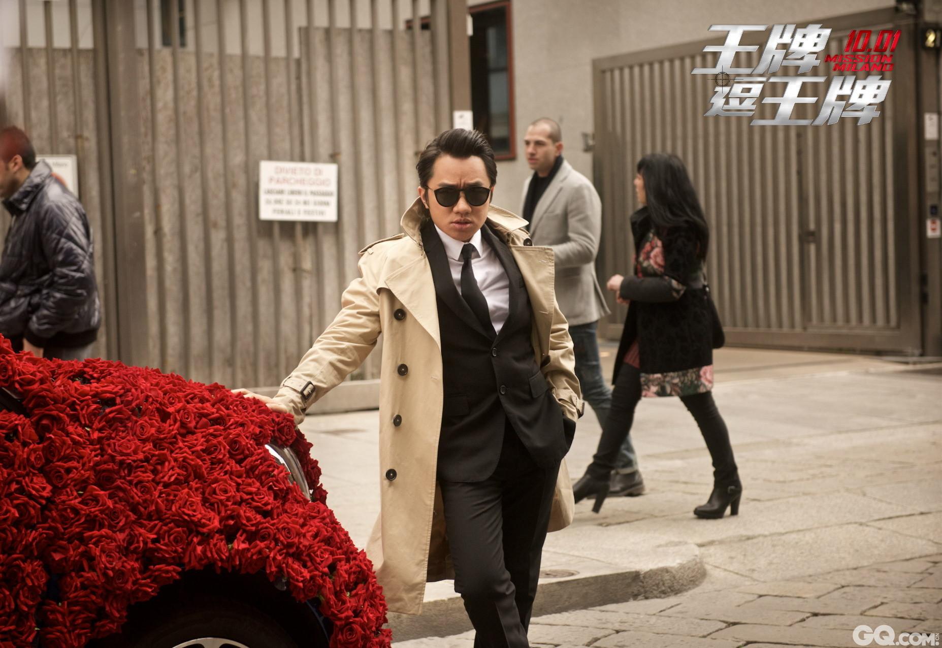 电影里,王祖蓝首次以男扮女装的形象亮相,脚踩10厘米高跟鞋,一身粉色吊带短裙,披肩长发魅力十足,让围观群众大跌眼镜。