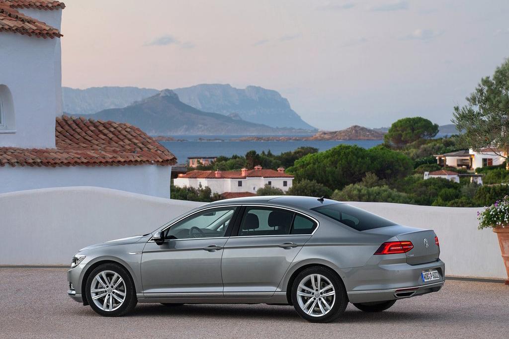 全新帕萨特无论是从车身外观还是动力都进行了全面升级,铝合金和高强度钢结构等复合材料的使用大大降低了车身重量,对比上一代帕萨特,新款车身重量降低了85kg,车身长度较上一代帕萨特缩短了2mm,车身宽度加宽12mm,轴距加长79mm,这主要归功于前、后轮毂的装置都分别向前、后移动了29/17mm,所以尽管车身长度缩小2mm,但毫不影响车内宽敞空间打造;新帕萨特的车身降低了14mm。另外,新一代帕萨特后备箱的容量也增大了47L到650L的大容量。