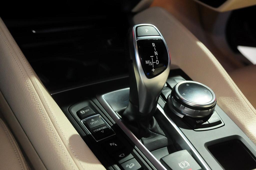 宝马的特点就是操控,无论是SUV还是轿车、M系列,只要跟宝马沾上边,那么它的性能绝不会有所妥协。作为宝马除7系外的旗舰型SUV产品而言,以跨界身份定位的全新宝马X6更是不容有失。你可以用它上下班代步,也可以在周末开着它和家人共享户外生活,甚至,你还可以开着它去跟一切飙车族叫板!对于这样一款跨界SUV而言,你没有理由不对它投以关注的目光。全新一代宝马X6与旗下的X5采用同一平台打造,车身尺寸基本与现款保持一致,轴距没有变化。新车前大灯采用了宝马家族式的开眼角式的设计,整体效果更为犀利。再加上肌肉感十足的前包围,让整个前脸造型充满了攻击性。新车侧面造型变化不大,只是在细节处作了修饰,而尾部变化则十分明显,家族化的尾灯和造型更加丰富的后包围让整个尾部运动气息浓厚。内饰设计是典型的宝马风格,大面积的皮革包裹和木饰板的运用,让其充满了豪华感。配置方面,10.25英寸的中央显示屏、后排独立显示屏等配置均有出现。 动力方面,全新X6 xDrive50i M运动型搭载一台最大功率为450马力的4.4T V8发动机,而全新X6 xDrive35i搭载的3.0T发动机其最大输出功率为306马力。