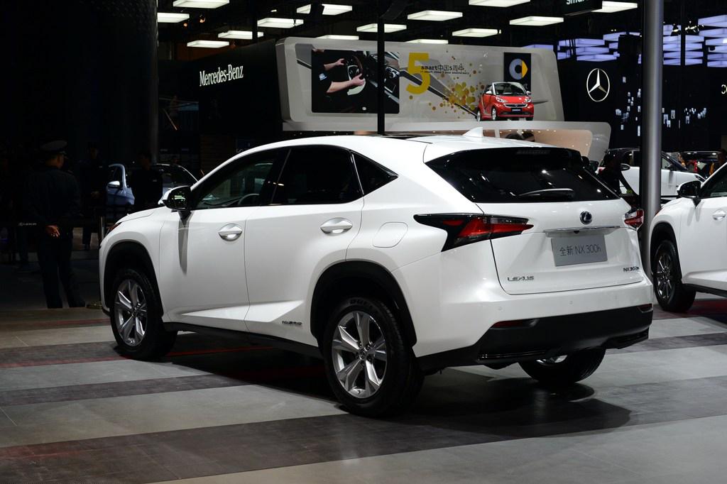 作为雷克萨斯品牌中尺寸最小的SUV产品,雷克萨斯NX依旧能拥有足够舒适的乘用空间。而继承了品牌一直以来的精细做工,更让这款SUV从里到外的透着那么股俊朗。凌厉造型的大灯总成摄人心魄,绝对让你过目难忘。本届广州车展前夜,雷克萨斯宣布中型SUV NX正式上市。新车共有7款车型可供消费者选择,其中包含2.0L、2.0T、混合动力三种动力配备,其售价区间31.8-59.9万元。雷克萨斯NX造型凌厉,富有运动感。尺寸上与奥迪Q5相比,长度稍长,但宽度、高度、轴距略小,不过NX这样的尺寸比奥迪Q3还是有着不小的优势。内饰部分,同样可以看到设计师将纺锤形设计融入其中,中控台风格上相比传统的雷克萨斯ES、GS等车型采用的平铺式布局不同,NX的中控台造型更为立体,视觉层次感也更强。配置方面,NX拥有丰富的主被动安全配置。除了拥有8个气囊、ABS+EBD以及车身稳定控制系统等基本装备外,在它身上我们还找到了诸如预碰撞安全系统、自适应巡航系统、远光灯自动控制系统以及车道偏离警示系统、倒车侧后方盲点警示系统等一系列高科技安全配置。动力方面,在中国销售的车型将提供2.0L自然吸气、2.0T和2.5L混合动力三种动力配备,其中NX 200t的2.0T发动机是雷克萨斯品牌首次使用的涡轮增压发动机。其最大功率为238马力/4800-5600rpm;最大扭矩为350牛米/1650-4000rpm;NX 300h由2.5L发动机和两台电动机组成,综合最大输出功率为197马力,四驱车型油耗为6L/100km。在四驱系统方面,2.0L和2.0T车型采用适时四驱系统,而混合动力车型的四驱系统构成有所不同,其中发动机负责前轮驱动(前轴还有一台电动机,它主要负责发电),电动机负责驱动后轮,以实现四驱功能。