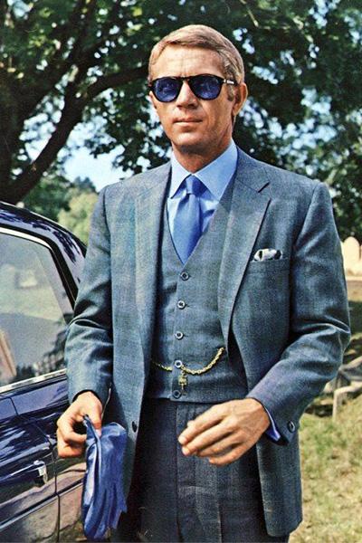属于好莱坞硬派的 史蒂夫·麦奎因倒是很少能看到他身穿西装的look,一身vintage蓝色的西装以及镜面稍稍发蓝的墨镜也足够彰显他的魅力了。