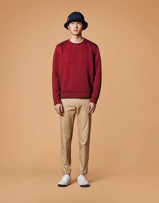 休闲卫衣及宽松的百慕大短裤都是都市摩登衣橱中的必备单品,修身剪裁的针织衫完美贴合身材曲线,展现最本真的人体线条魅力;防风大衣既是都市型男出行扮靓的最佳伴侣,又兼具实用功能性。本季,运动风格与大胆的图案相遇,干净利落的线条给经典单品带来摩登感触。金大川演绎的这几款经典造型带来兼具优雅与都市时髦风格的装扮。