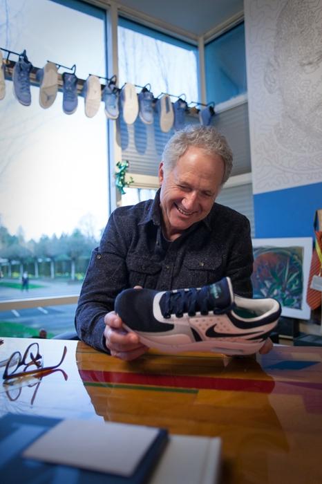 """""""没有什么指示或研究,就是一个简单的发现。我想:'为什么我们不能设计一款令人兴奋的全新跑鞋,向世界展示什么才是真正的Nike Air呢?'""""汀克•哈特菲尔德(Tinker Hatfield)说。"""