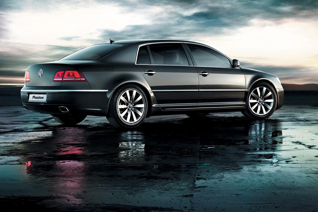 辉腾诞生于皮希耶(大众集团前CEO)的雄伟计划之下,身为一个靠卖甲壳虫、高尔夫和帕萨特起家的车厂,大众决定斥资造一款能比肩奔驰S、宝马7系的全尺寸豪华轿车。
