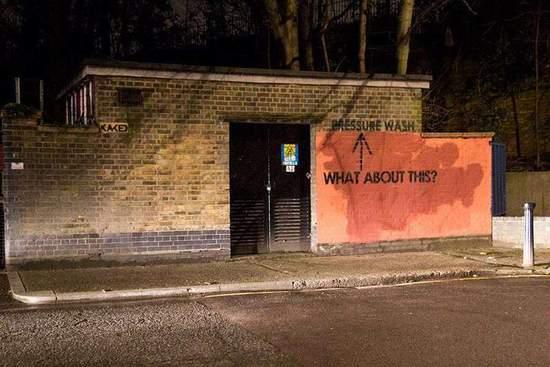 "Mobstr对于偷懒的清洁工有点生气,于是在红墙上用一个大箭头和一句话质问对手:""这个咋办?"""