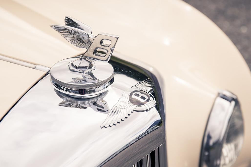 Continental,宾利旗下最重要的车型名称,于1952年第一次随这款R-Type Continental出现在了家族的名单中。为什么要叫做Continental?当时的宾利希望这台车成为一款能带领驾驶者轻松穿越整个欧洲大陆的完美座驾,Grand Tourer车型的精神也随着Continental一词而逐渐形成。