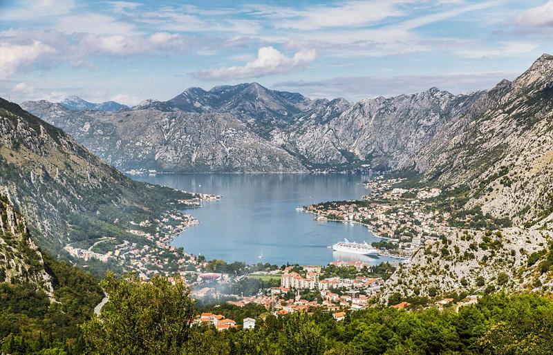 在诗情画意的五月份,钟情于自然风光的背包客们可以前往黑山流连于美丽天然的河流高山间,或者到西班牙的加利西亚地区享受旅游高峰期前的静谧海滩。
