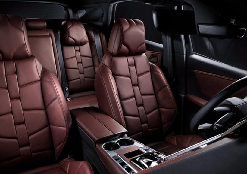 内饰方面,在整体格局不变的情况下,Nappa真皮座椅、B.R.M赛车风格时钟、双12英寸液晶屏的加身,让它成为了一件不可多得的奢侈品。