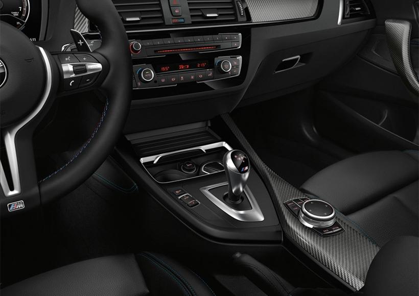 """宝马M2 Coupe车型的前脸设计融合了宝马2系车型的""""双肾""""型中网以及前大灯组的设计风格,但是前脸底部的下保险杠以及下格栅和两侧的导气口造型却与宝马M系列车型基本一致,且也经过了较大的改进,以保证其整车的空气动力学性能更加完美。"""