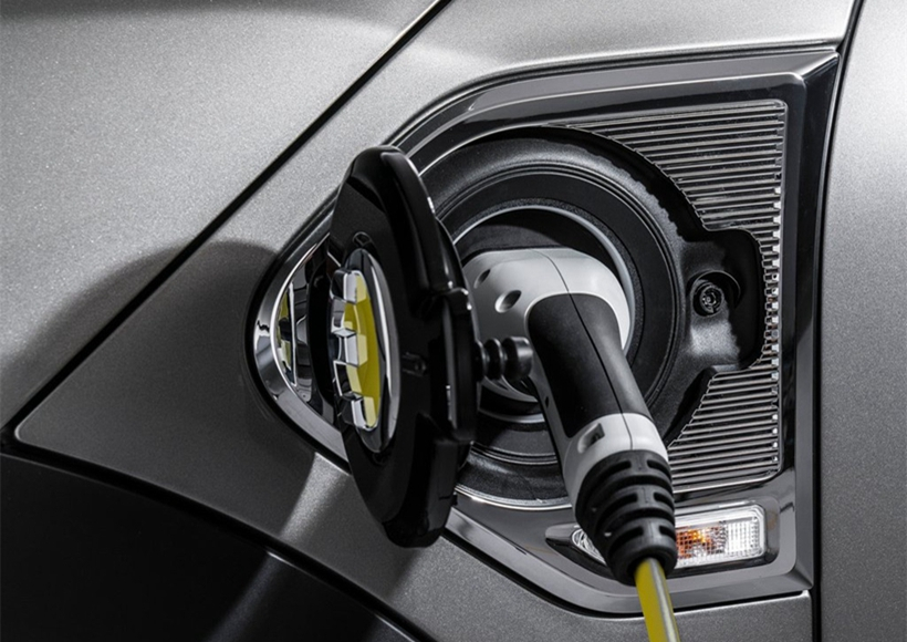 满电状态下新车能以纯电行驶40km,在Max eDrive模式下最高时速可达125km/h,至于在Auto eDrive模式下系统则会主动分配电力与燃油引擎运作,在80km/h以下以电力为主、并适时发动引擎作为动力辅助。