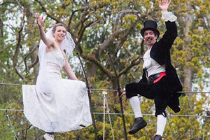 英国恋人举办首例钢丝上的婚礼