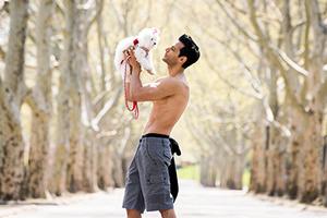 纽约帅哥与萌宠搭档 呼吁人们领养流浪动物