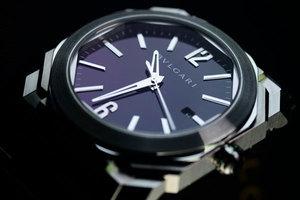 精钢材质腕表的冷峻风格
